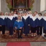 Koguduse naiskoor koos Elle ja Enn Kivinurmega (keskel ees)